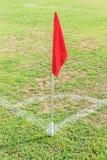 Rode vlag in hoek van voetbalgebied Royalty-vrije Stock Fotografie