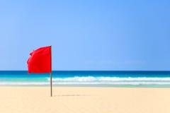 Rode vlag op het strand in Boavista, Kaapverdië - Cabo Verde stock afbeelding