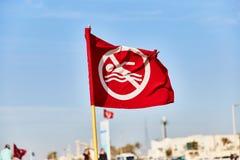 Rode vlag op het strand Vlag het verbieden zwemt royalty-vrije stock foto