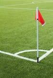 Rode vlag op het voetbalgebied stock afbeeldingen