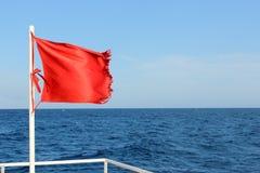 Rode vlag over het overzees Stock Afbeelding