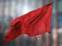 Rode vlag van het vage gebouw Stock Afbeeldingen