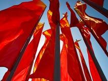 Rode vlaggen die in de wind vliegen Royalty-vrije Stock Afbeeldingen