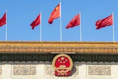 Rode vlaggen in Peking, China stock foto's