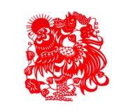Rode vlakke papier-besnoeiing op wit als symbool van Chinees Nieuwjaar van de Haan met Zon Stock Foto's