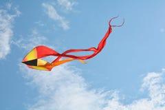 Rode vlieger en blauwe hemel Stock Foto