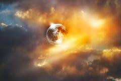 Rode volle maan op de kleurrijke trillende hemel royalty-vrije stock afbeelding