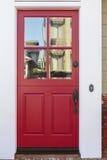 Rode voordeur van een huis met bezinning Royalty-vrije Stock Foto