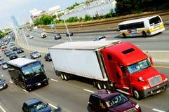 Rode vrachtwagen in de weg stock fotografie