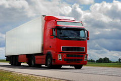 Rode vrachtwagen met aanhangwagen Royalty-vrije Stock Afbeelding