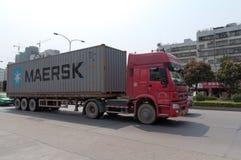 Rode vrachtwagen met container Stock Afbeeldingen
