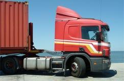 Rode vrachtwagen met container stock afbeelding