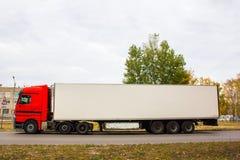 Rode vrachtwagen met witte aanhangwagen stock afbeelding