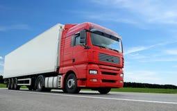 Rode vrachtwagen met witte aanhangwagen over blauwe hemel Stock Afbeelding