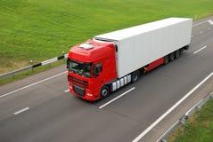 Rode vrachtwagen met wittere aanhangwagen (hogere mening) Royalty-vrije Stock Foto