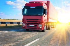 Rode vrachtwagen op de weg van het land stock foto's