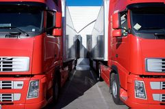 Rode vrachtwagens bij pakhuis Royalty-vrije Stock Afbeeldingen