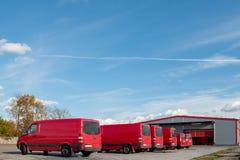 Rode vrachtwagens in het pakhuis Stock Foto's