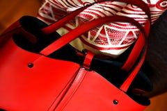 In rode vrouwelijke handtasclose-up royalty-vrije stock afbeelding