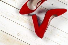 Rode vrouwelijke schoenen op hoge hielen Royalty-vrije Stock Afbeeldingen