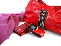 Rode vrouwenhandtas en portefeuille en mobiele telefoon Stock Afbeeldingen