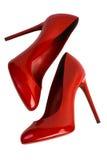 Rode vrouwenschoenen met het knippen van weg. stock foto