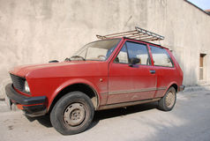 Rode vuile oude auto Royalty-vrije Stock Fotografie