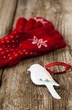 Rode vuisthandschoenen en van vogelchrismas decoratie Royalty-vrije Stock Fotografie