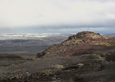 Rode vulkanische stenen, mos en smeltende gletsjer op de achtergrond, Kverkfjoll, Hooglanden van IJsland, Europa stock afbeelding