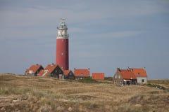 Rode vuurtoren, kleine huizen op Texel stock fotografie