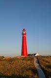 Rode vuurtoren op Nederlands eiland Stock Fotografie