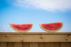 Rode watermeloen tegen de blauwe hemel Stock Afbeeldingen