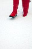 Rode wellies in de sneeuw stock foto's