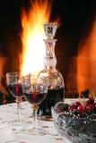 Rode wijn bij de open haard Stock Fotografie
