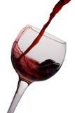 Rode wijn die in een glas wordt gegoten Stock Foto's