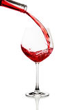 Rode wijn die in een glas wordt gegoten Royalty-vrije Stock Afbeelding