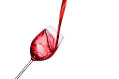 Rode wijn die in een wijnglas worden gegoten royalty-vrije stock fotografie
