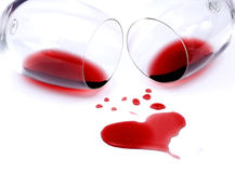 Rode wijn die op witte achtergrond wordt gemorst Royalty-vrije Stock Foto's