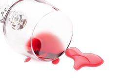 Rode wijn die van glas wordt gemorst Stock Afbeelding