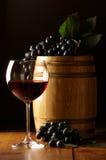 Rode wijn, druif en vat stock foto's