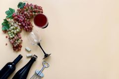 Rode wijn, druiven op een beige achtergrond royalty-vrije stock fotografie