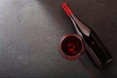 Rode wijn in een glas en een fles op de lijst stock afbeeldingen