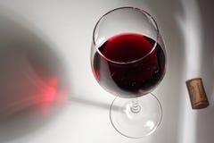 Rode wijn en cork stock foto