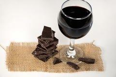 Rode wijn en donkere chocolade op jute Royalty-vrije Stock Fotografie