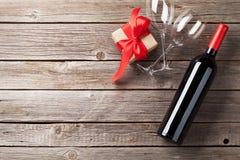Rode wijn en giftdoos Stock Fotografie