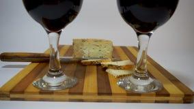 Rode wijn en kaas stock videobeelden
