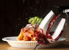 Rode wijn en macaroni met saus royalty-vrije stock afbeelding