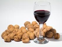 Rode wijn en okkernoot op achtergrond royalty-vrije stock afbeeldingen