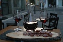 Rode wijn en salami stock fotografie
