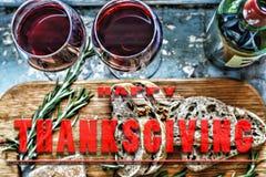 Rode wijn en snacks Kerstmis, Dankzegging, wijn, Parmezaanse kaas, rozemarijn, brood Vlakke positie, hoogste mening, close-up stock fotografie